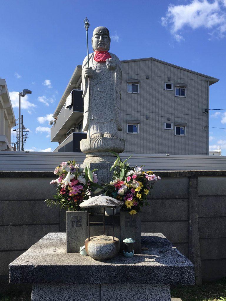 Estátua com suástica budista em um cemitério na cidade de Toyohashi (Juliana Sayuri)