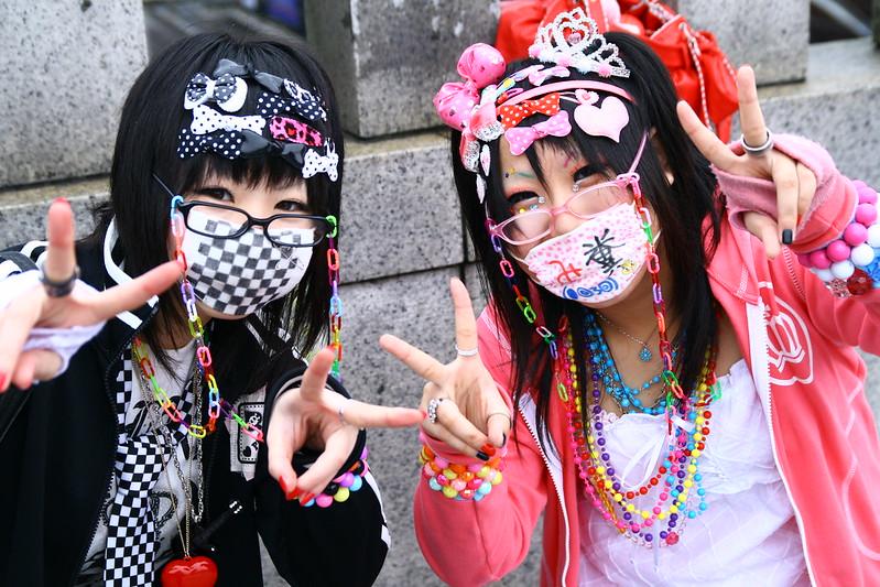 Jovens japonesas vestindo máscaras estilizadas (iMorpheus/Flickr/Creative Commons - 2007)