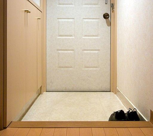 Genkan, área onde se deve tirar os sapatos antes de entrar em casa (Wikimedia Commons)