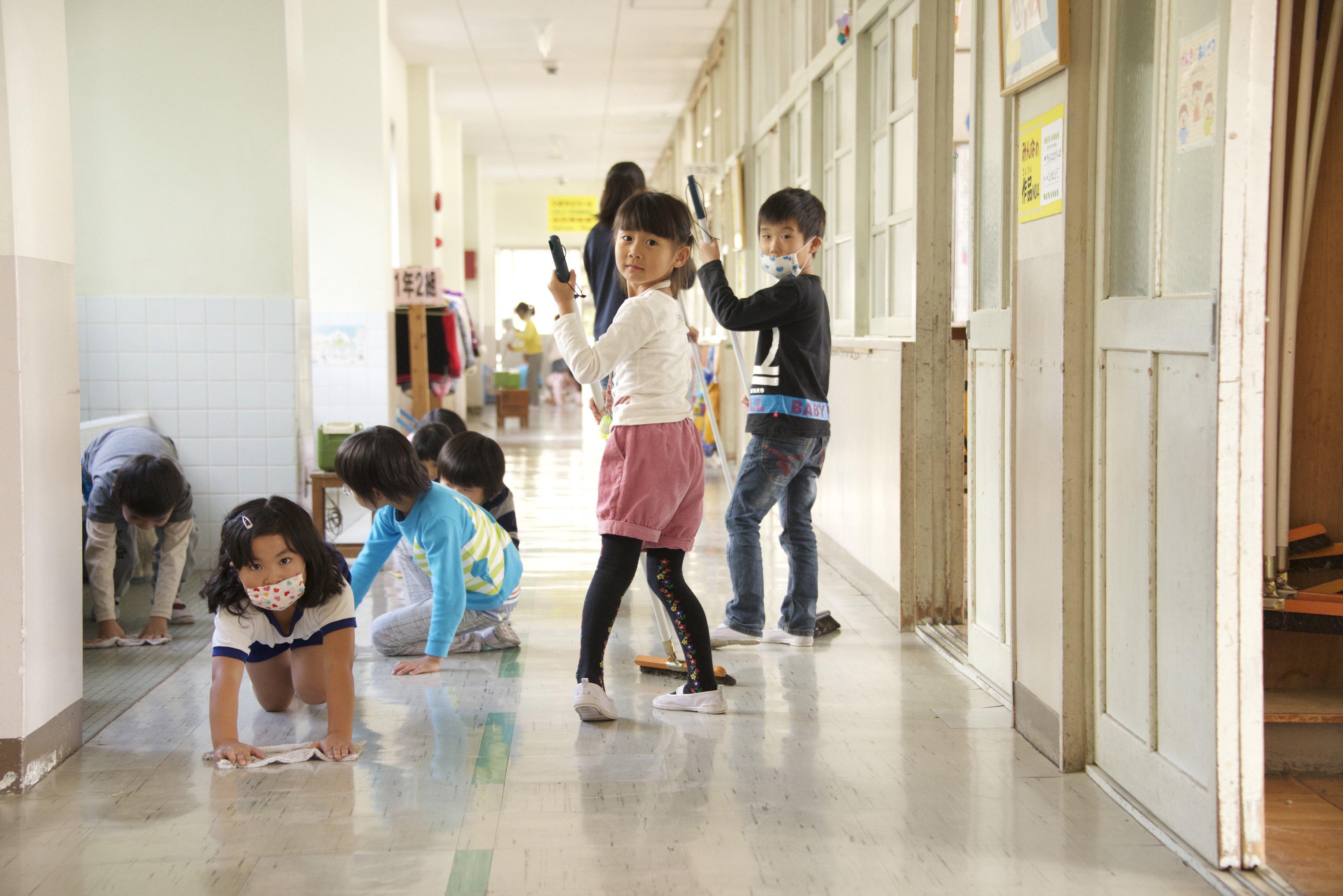 Alunos da escola primária limpando os corredores da escola, em Okazaki (Marcelo Hide/Fotos Públicas - 2015)